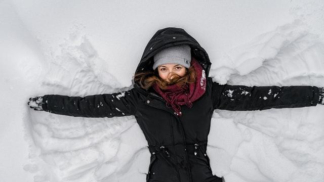 femme avec blouson ajouté dans la neige